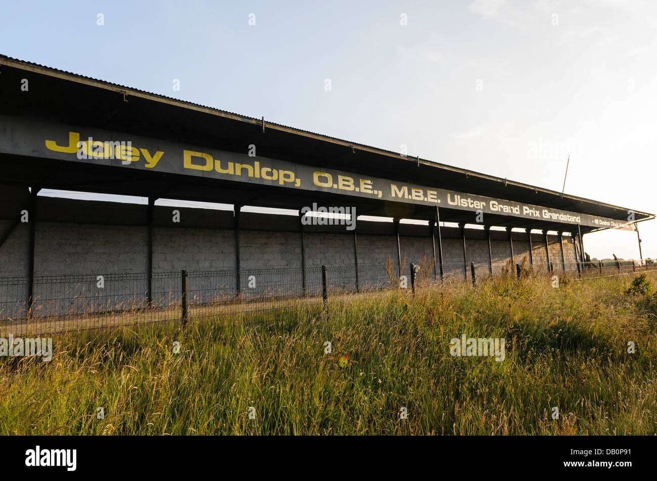 Joey Dunlop Grandstand presso la linea di partenza e una di arrivo dell'Ulster Grand Prix motorcycle road race Immagini Stock
