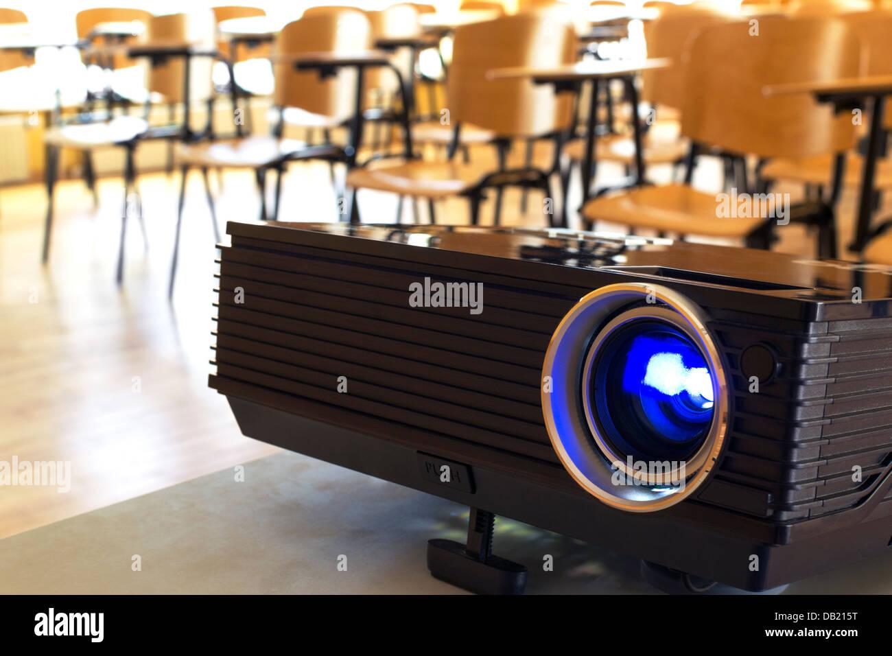 Acceso il proiettore digitale in una sala conferenze Immagini Stock