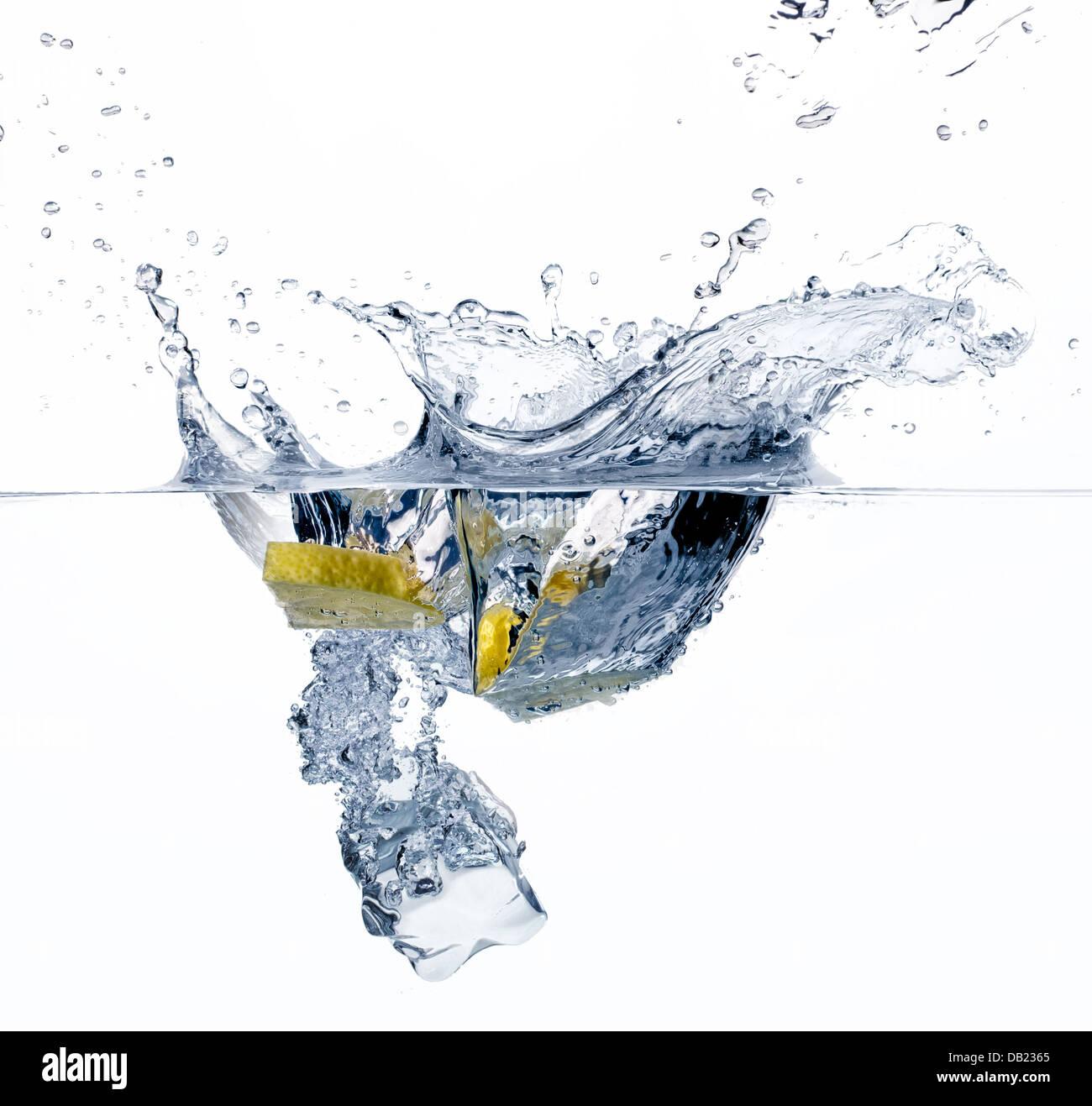 Una sana Acqua con limone e il cubo di ghiaccio Immagini Stock