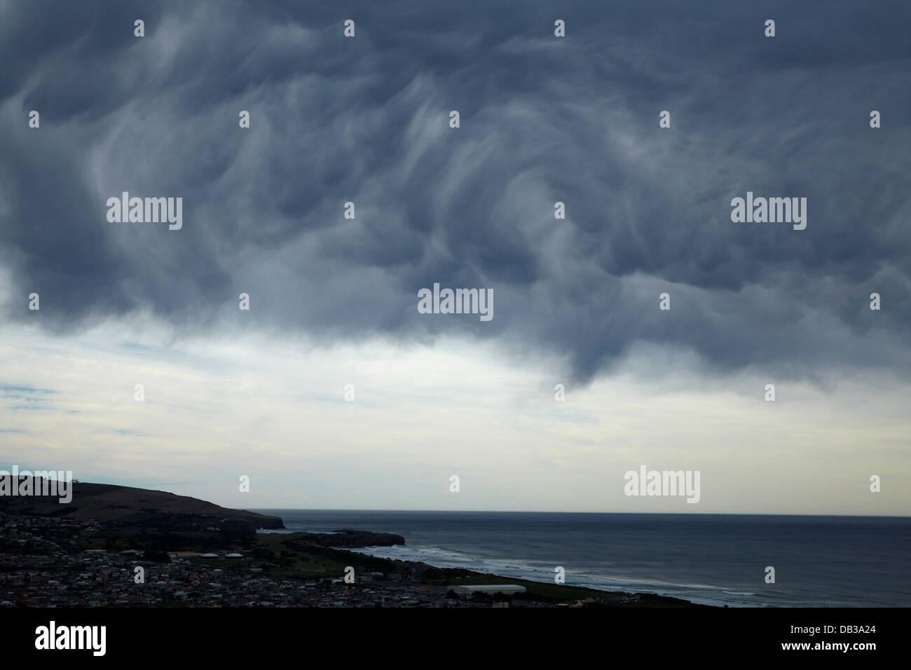 Insolito nuvole temporalesche a laminazione su St Kilda Beach, Dunedin, Otago, Isola del Sud, Nuova Zelanda Immagini Stock