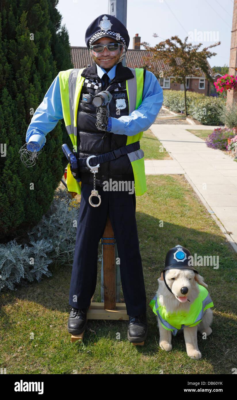 Mock up manichino di un funzionario di polizia con un cane di peluche toy vestito con una elevata visibilità Immagini Stock