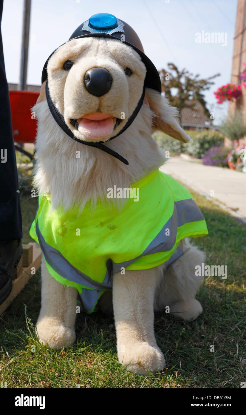 Cane di peluche toy vestito con una elevata visibilità camicia e un stile polizia casco. Immagini Stock