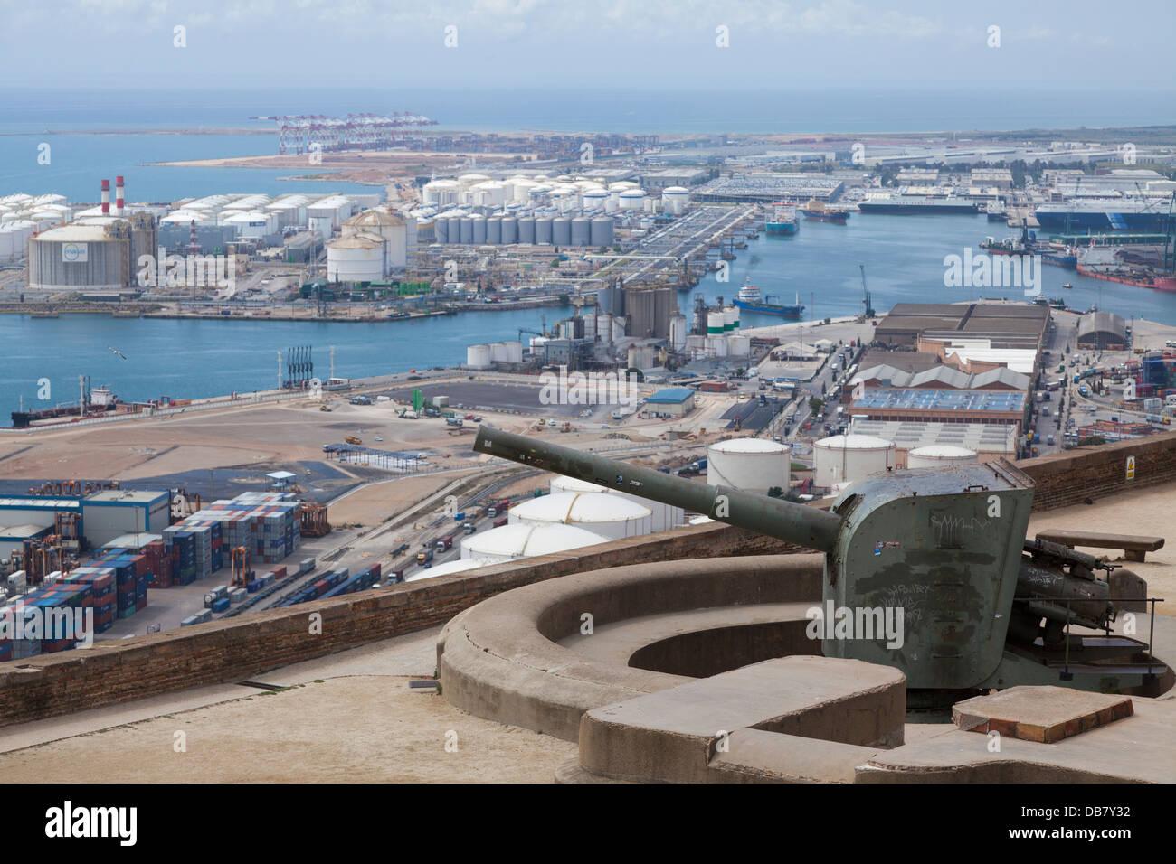 Pezzo d'artiglieria sul Castello di Montjuic affacciato sul porto di Barcellona Immagini Stock