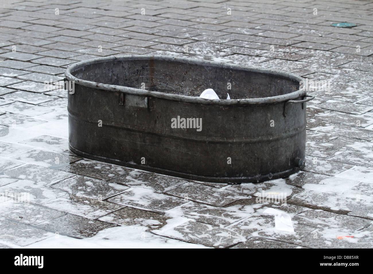 Vasca Da Bagno Di Zinco : Zinco vecchia vasca da bagno sul marciapiede foto immagine stock