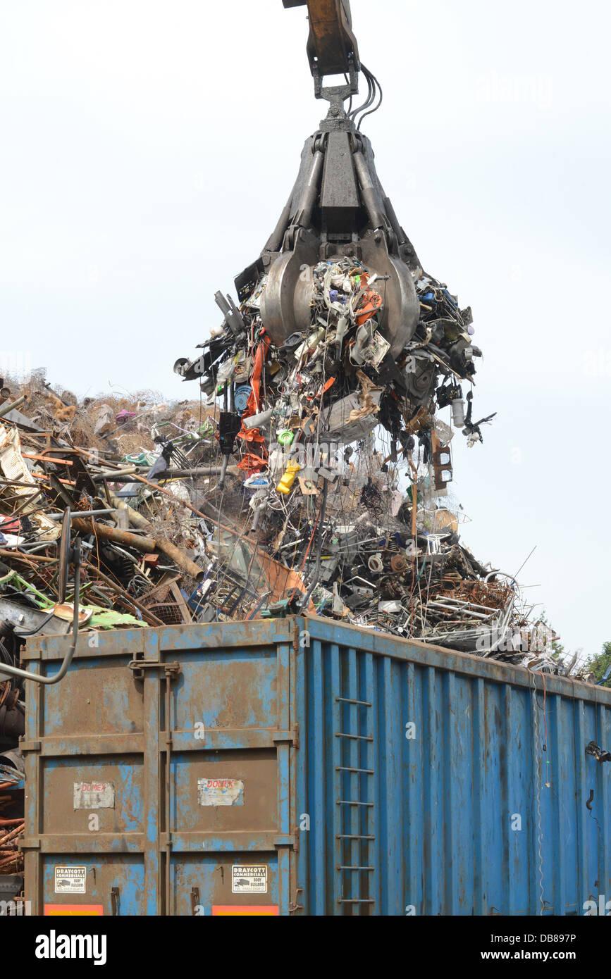 Smaltimento dei RAEE rifiuti di apparecchiature elettriche ed elettroniche vengono caricati nel carro al cantiere Immagini Stock