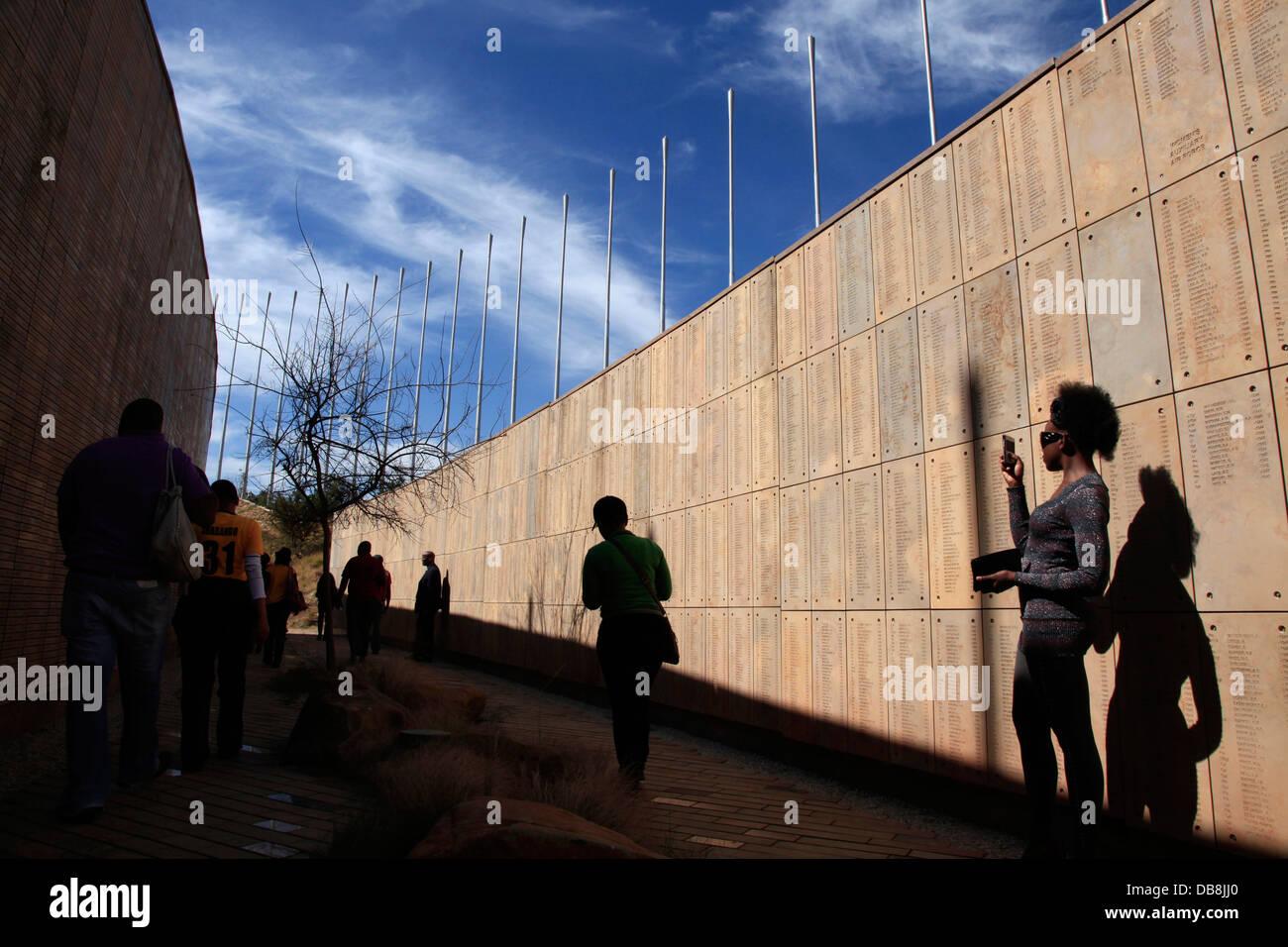 La parete i nomi nel memorial coloro che hanno svolto il ruolo nei conflitti in Sud Africa è passato in S'khumbuto Immagini Stock