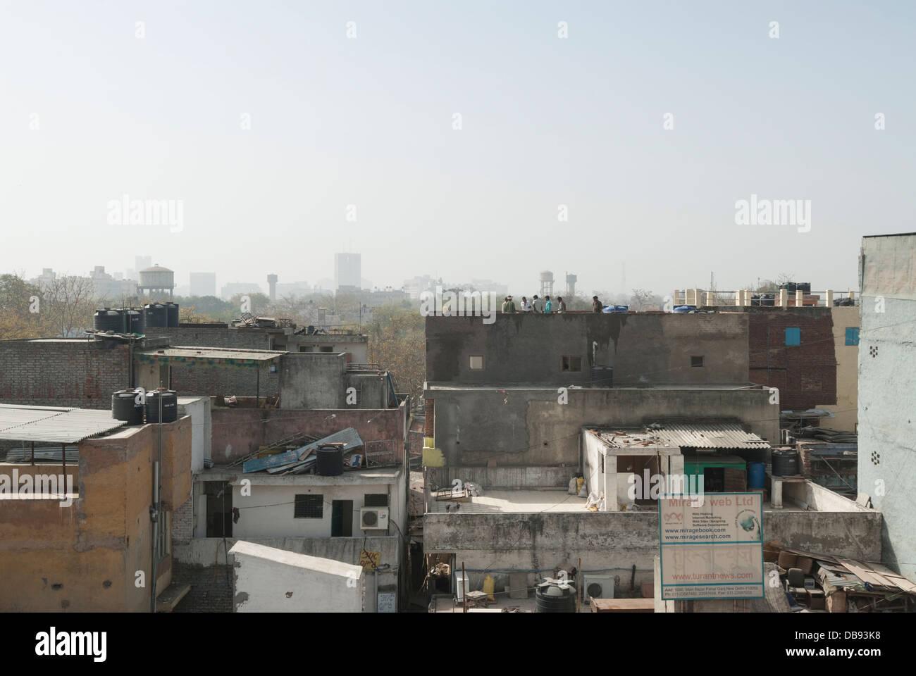 Il Paharganj, Delhi, India. Il 23 marzo 2012. Lo skyline di Delhi cerca su tetti residenti. Immagini Stock