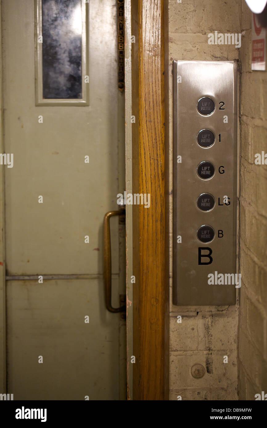 La Porta Scorrevole E Il Pannello Di Controllo Di Un Vecchio