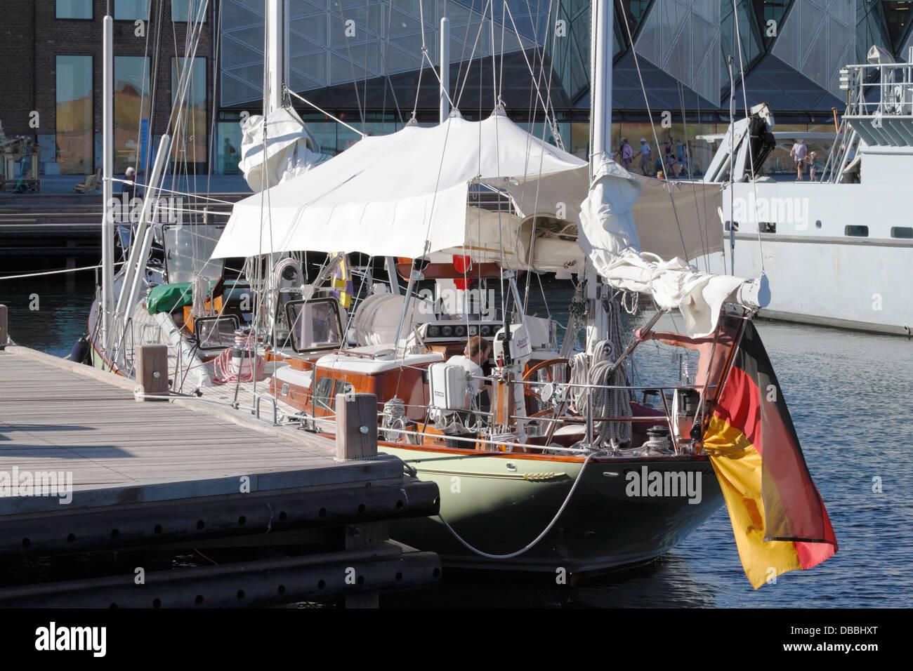 Il tedesco yacht Germania visitare Elsinore Ormeggiato accanto il danese di mezzi navali HDMS Nymfen P524 di fronte Immagini Stock