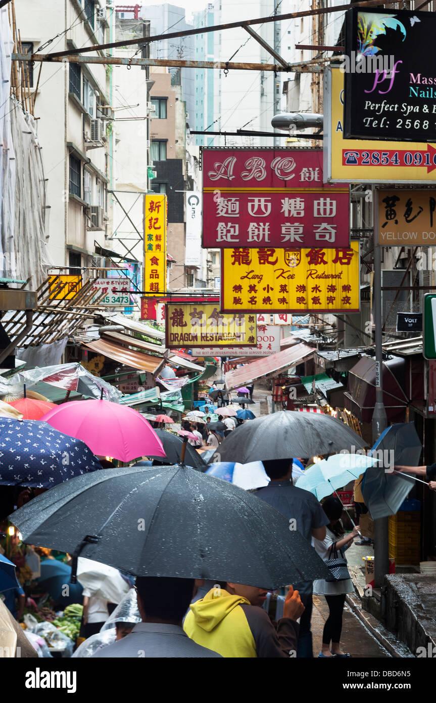 Ombrelli sotto la pioggia su Gage Street, Quartiere Centrale, Isola di Hong Kong Immagini Stock