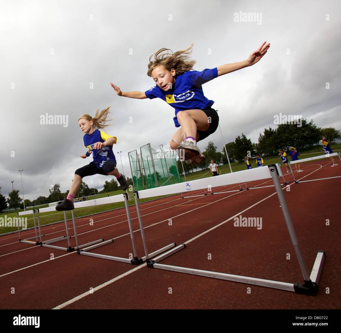 I ragazzi al campo di atletica Immagini Stock