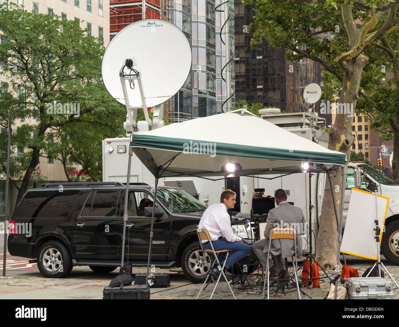 Un TV al di fuori del gruppo di trasmissione lavorano in NYC Immagini Stock