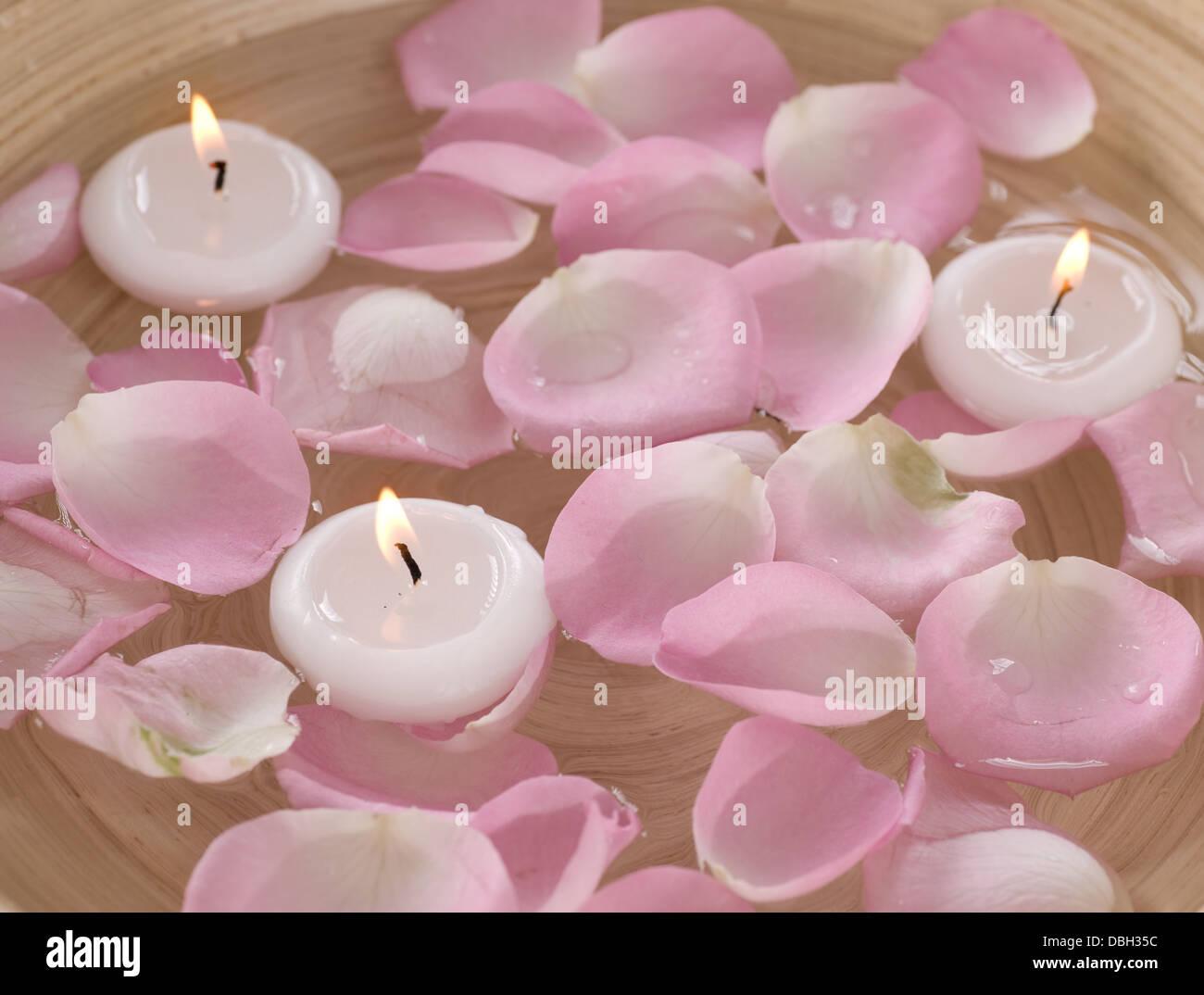 Spa candele galleggianti e petali di rosa in acqua foto immagine