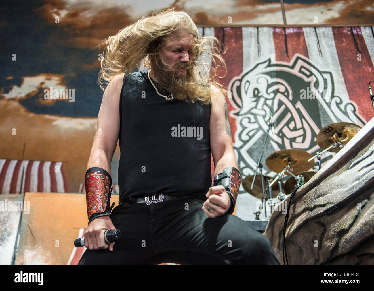 Swedish heavy metal band Amon Amarth performing live a Mayhem Fest 2013. Amon Amarth è un intreccio melodico Immagini Stock