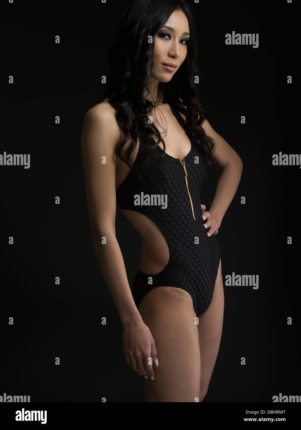 Bella donna asiatica nel suo ventenne che indossa un costume da bagno pezzo Immagini Stock