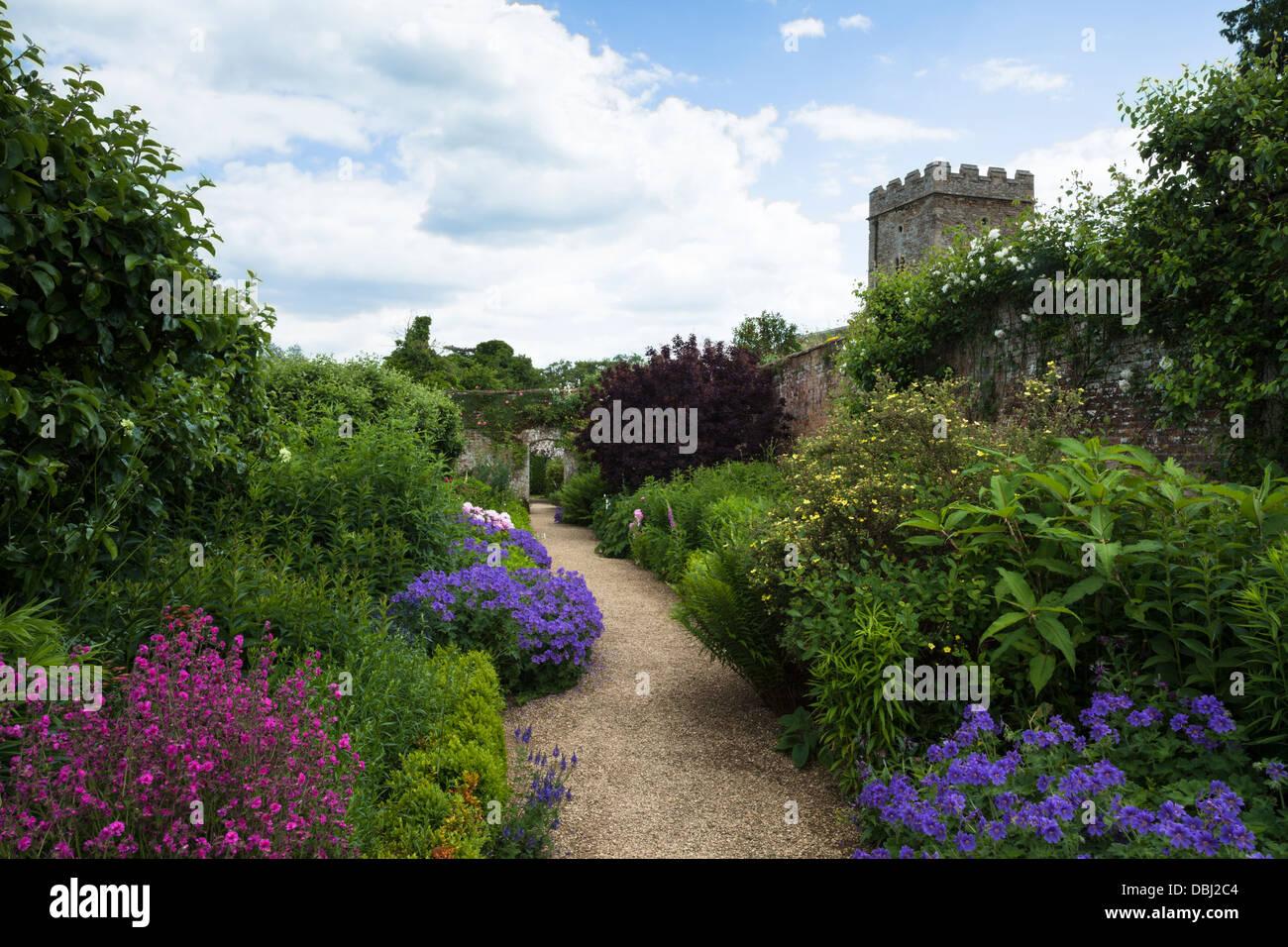 Colorato herbaceous borders entro il giardino murato di rousham