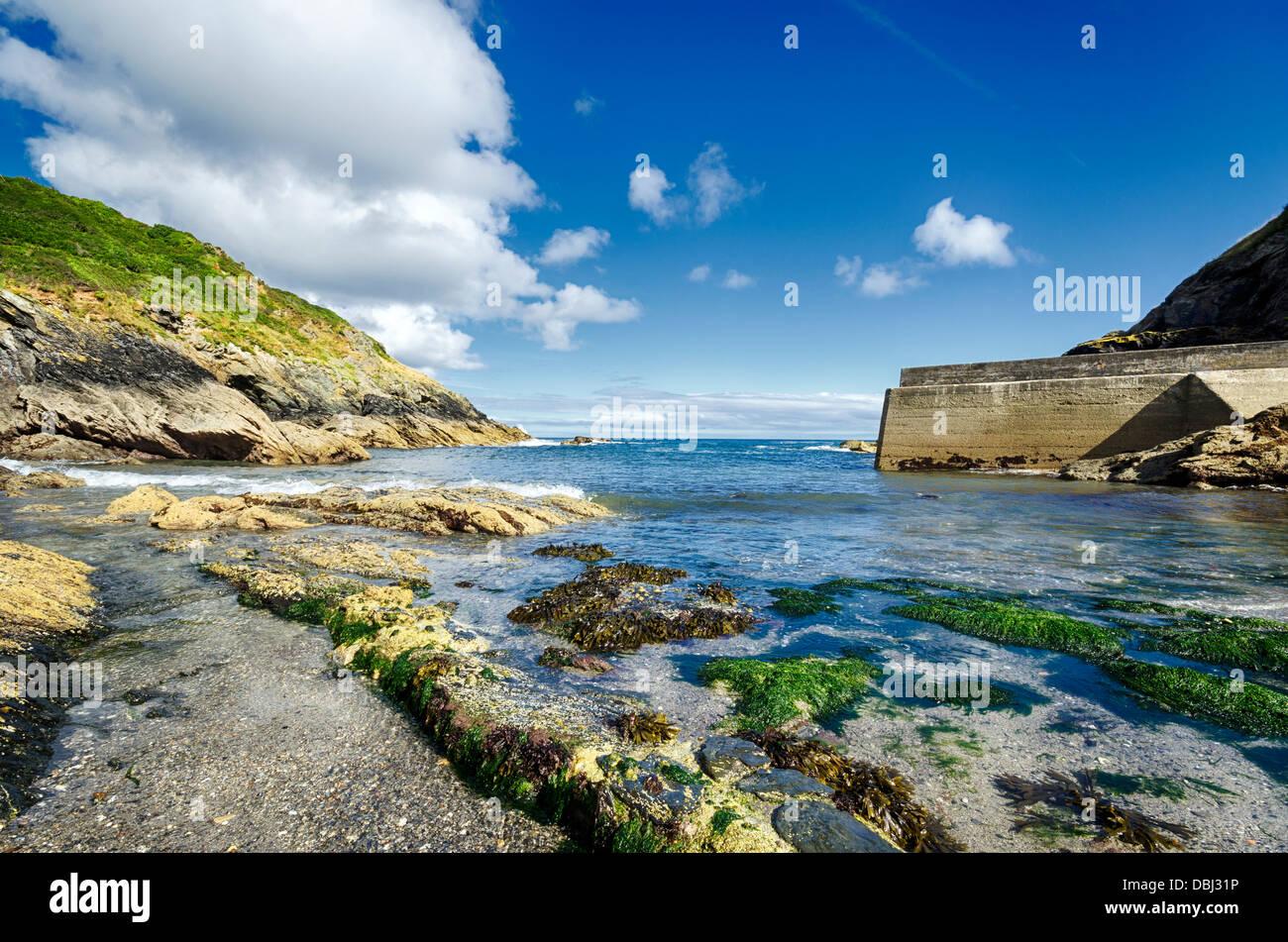 Spiaggia rocciosa a Portloe sulla costa meridionale della Cornovaglia Immagini Stock