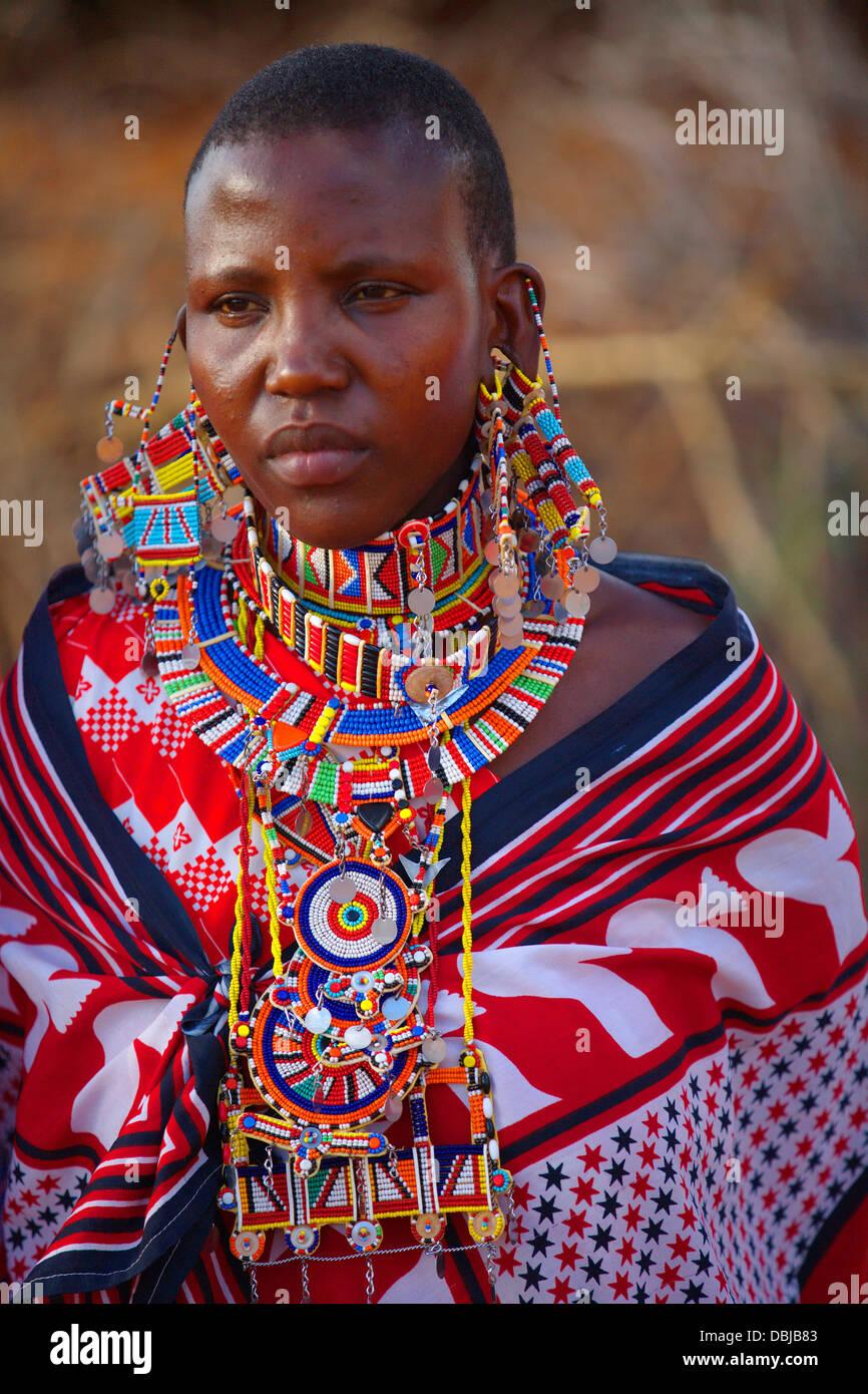 Ritratto di vecchio Masai donna in abiti tradizionali e gioielli. Tutela di  Selenkay area. Kenya, Africa.