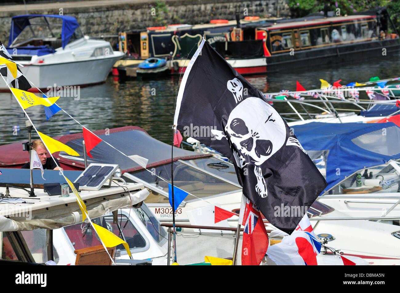 Maidstone Kent, Inghilterra, Regno Unito. Annuale di Maidstone fiume Festival (27 luglio 2013) Jolly Roger / cranio Immagini Stock