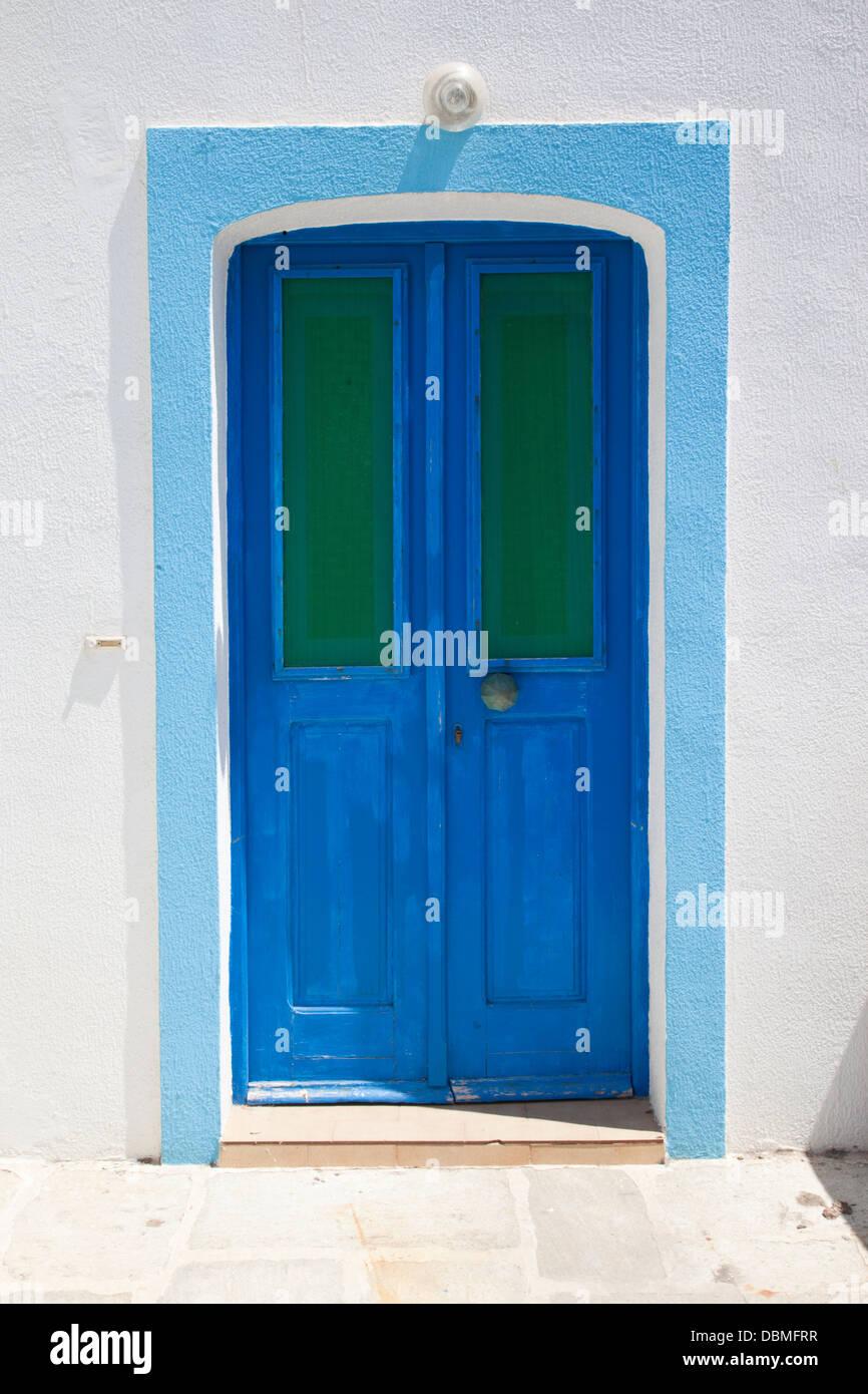 Una tipica porta blu di Mandrachi, Nissiros, Grecia Immagini Stock