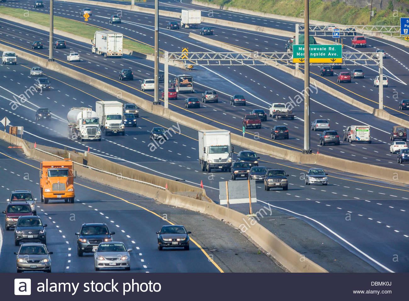 Autostrada 401 o Macdonald-Cartier Freeway, la più trafficata autostrada nel nord America a Pickering Toronto Immagini Stock