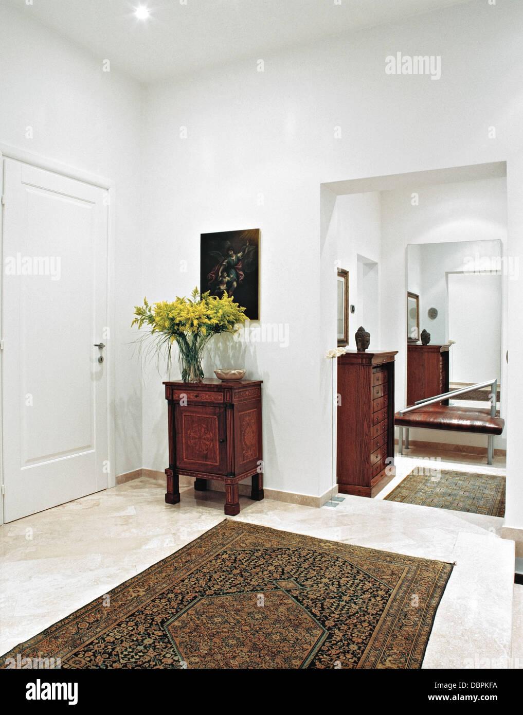 Mobili antichi con un grande specchio e tappeti antichi in ingresso moderno foto immagine - Mobili in specchio ...