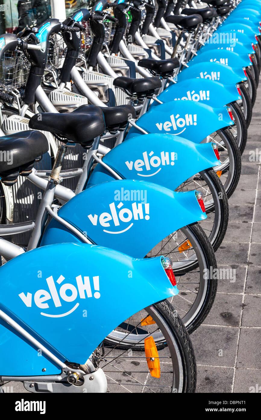 Una fila di Vel'oh! Le biciclette a noleggio presso la stazione di velo nella città di Lussemburgo. Immagini Stock