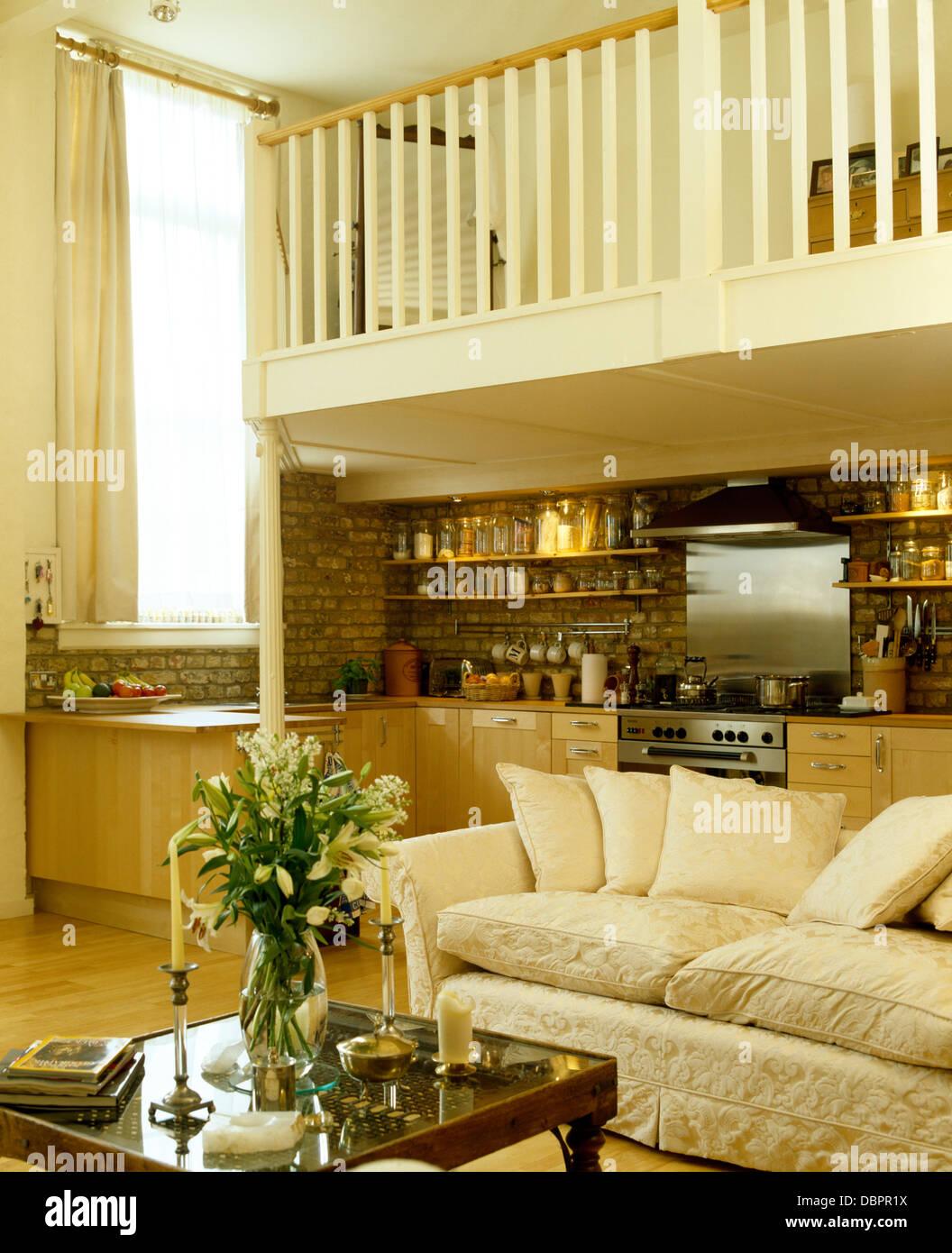 Moderna cucina e area soggiorno con un grande divano in piccolo ...