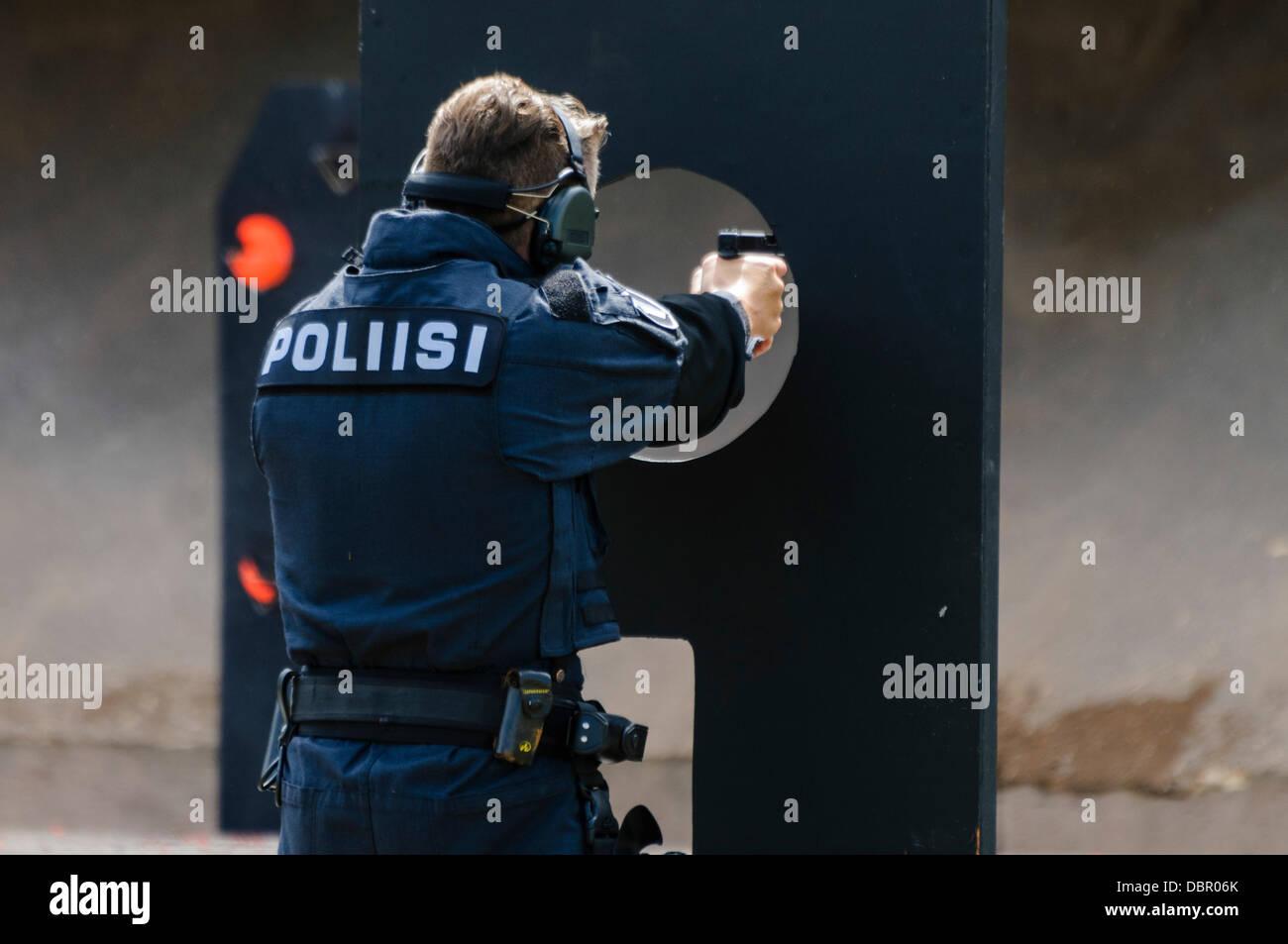 Ballykinlar, Irlanda del Nord. 2 agosto 2013 - Un concorrente finlandese spara una Glock 19 pistola Credit: stephen Immagini Stock