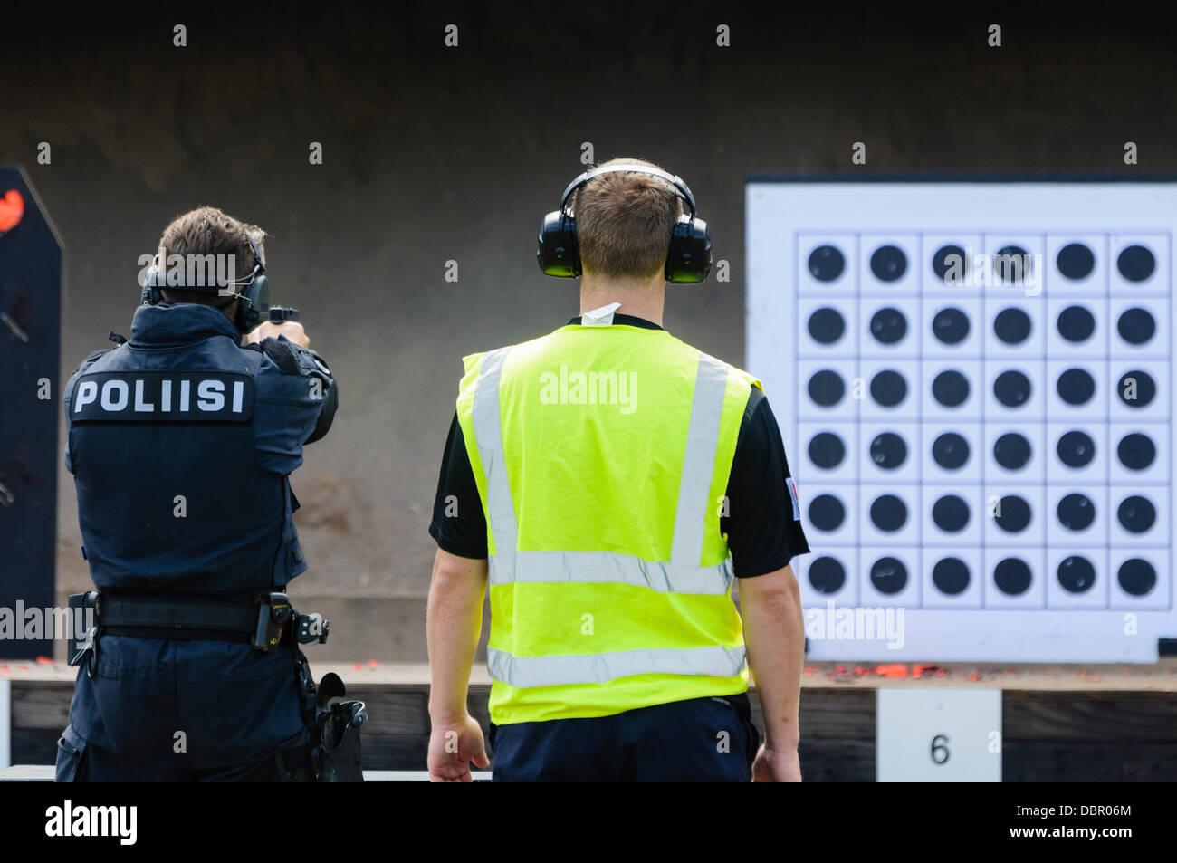 Ballykinlar, Irlanda del Nord. 2 agosto 2013 - un finlandese poliziotto spara a Glock 19 pistola Credit: stephen Immagini Stock