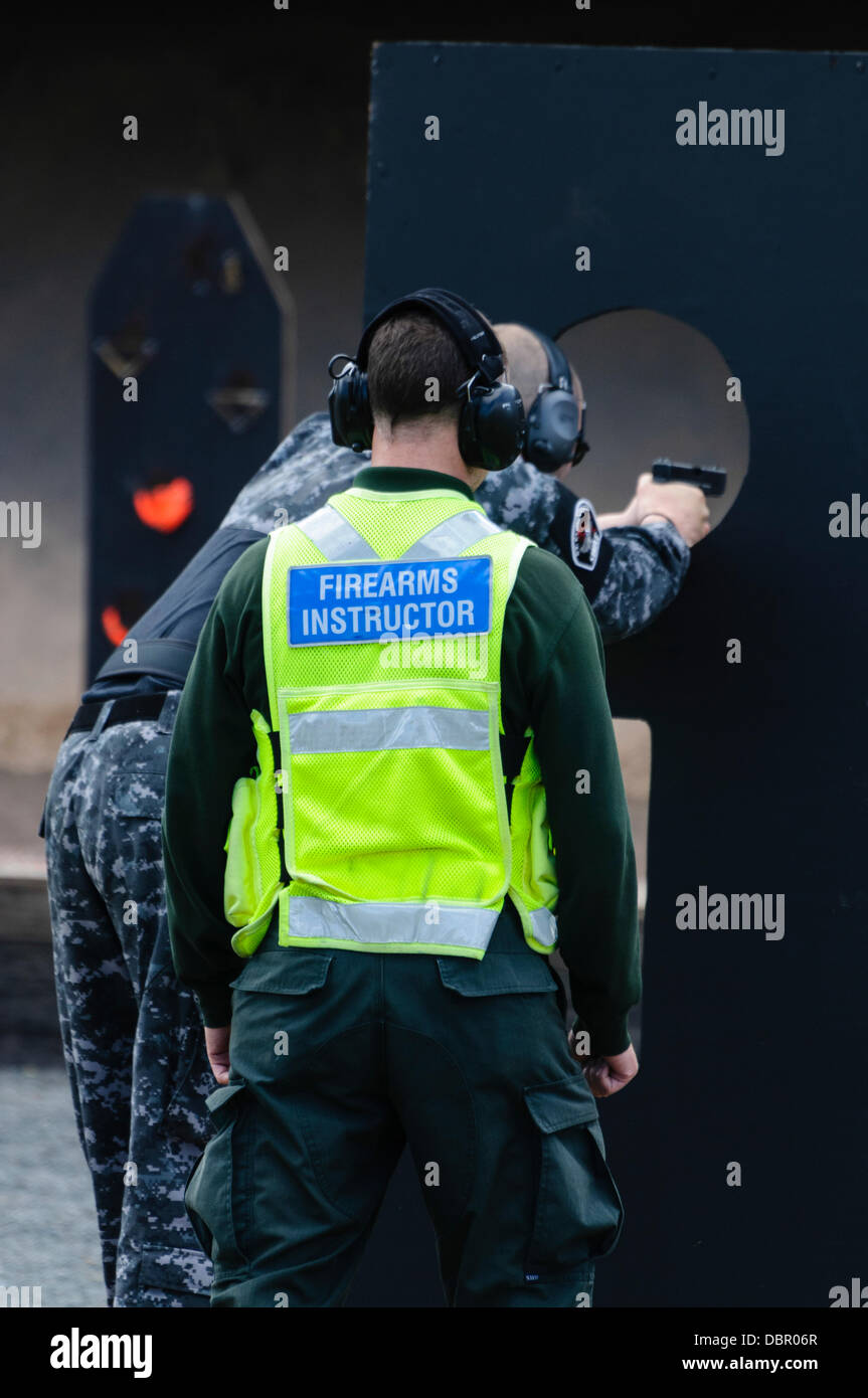 Ballykinlar, Irlanda del Nord. 2 agosto 2013 - Un funzionario di polizia da St. Cloud PD incendi a Glock 19 pistola Immagini Stock