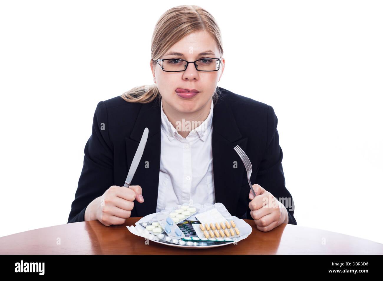 Donna andando a mangiare i prodotti farmaceutici, pillole dipendenza concetto, isolati su sfondo bianco. Immagini Stock
