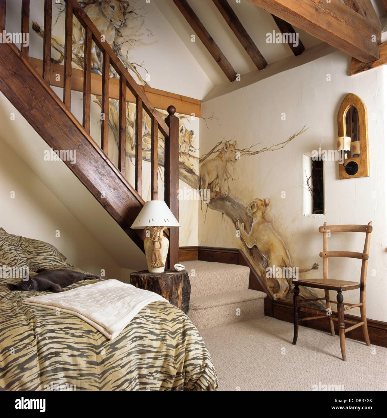 Murale di leoni dipinta sulla parete sopra le scale in legno nella ...