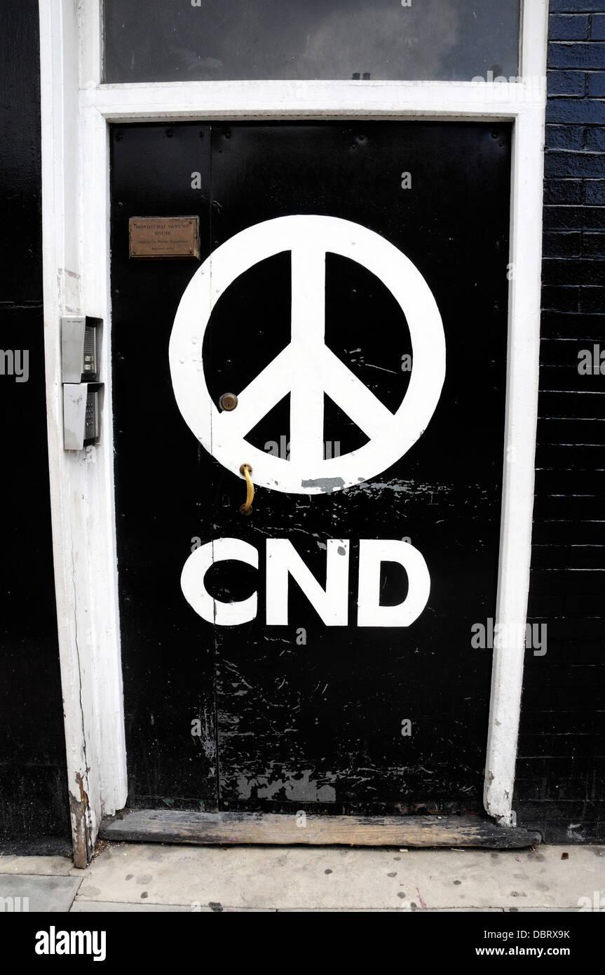 CND - Campagna per il disarmo nucleare logo sullo sportello anteriore della loro nazionale offic, Holloway Road Immagini Stock