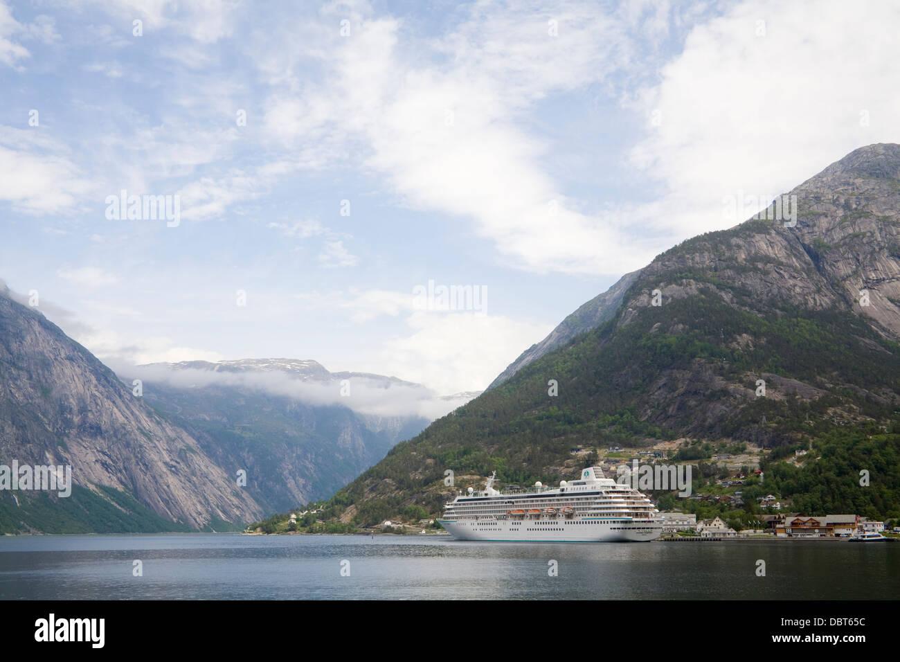 A Eidfjord Hordaland Norvegia Europa Crystal simpatia la nave di crociera nel porto della città situato dove Immagini Stock