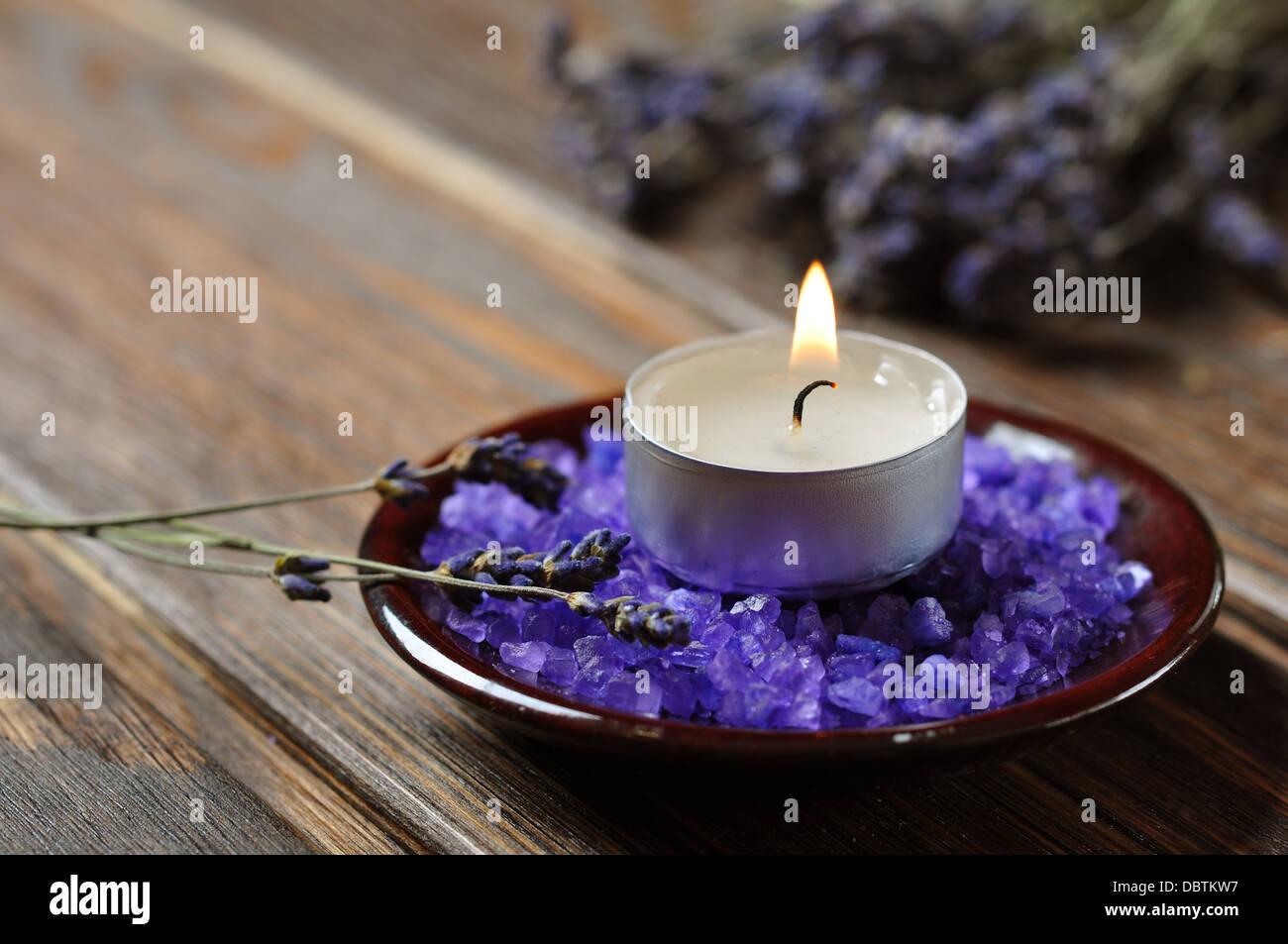 Sfondo Spa, candela con bagni di sale e ciuffi di lavanda Foto ...