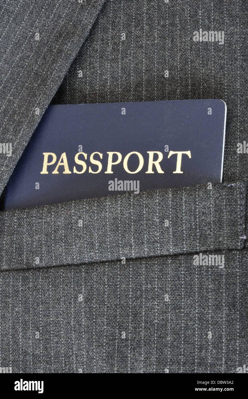 Passaporto statunitense in un vestito cappotto tasca superiore - business concetto di viaggio Immagini Stock