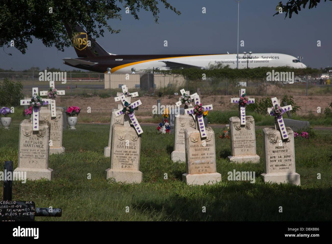 McAllen, Texas - La Piedad cimitero, accanto a un UPS cargo jet in attesa al McAllen-Miller International Airport. Immagini Stock