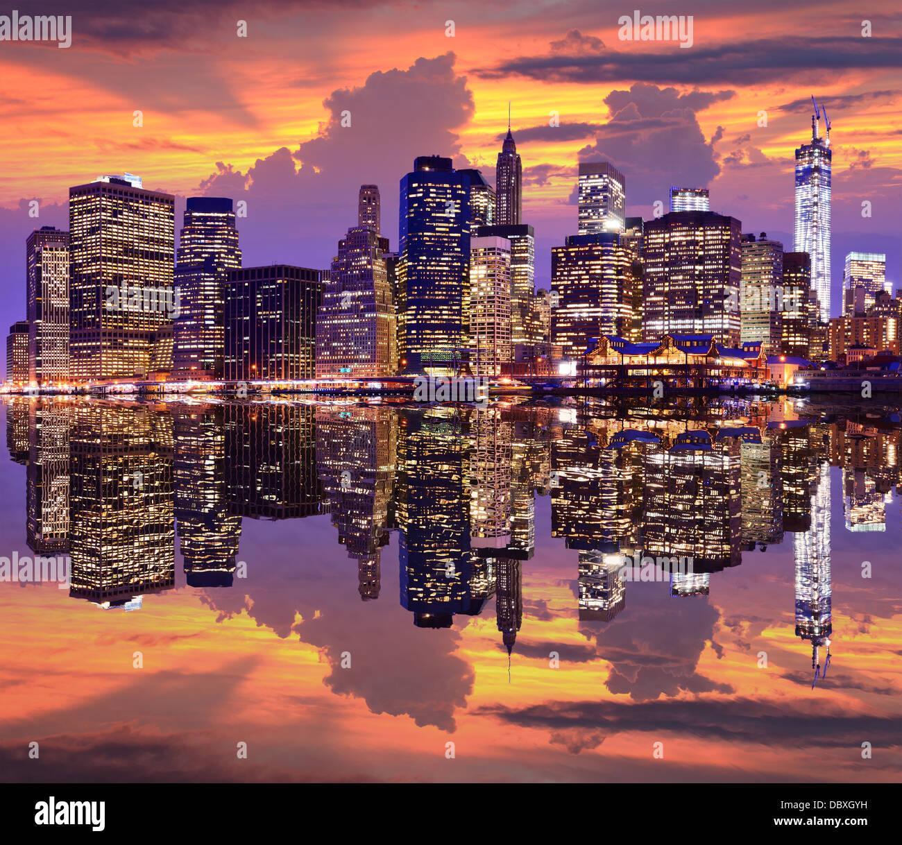 La parte inferiore di Manhattan con drammatica skyline overhead. Immagini Stock