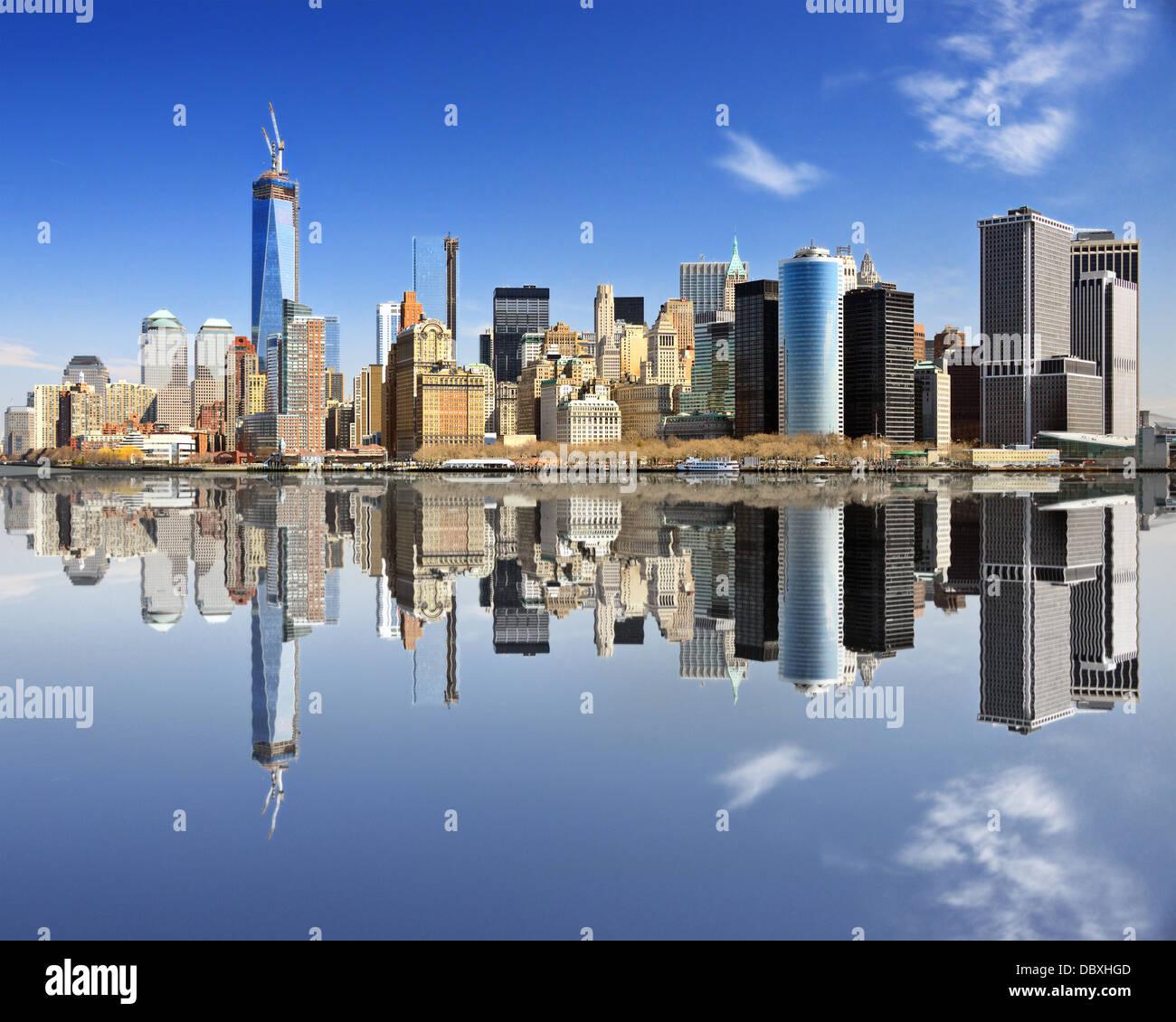 New York City di Lower Manhattan con riflessioni. Immagini Stock