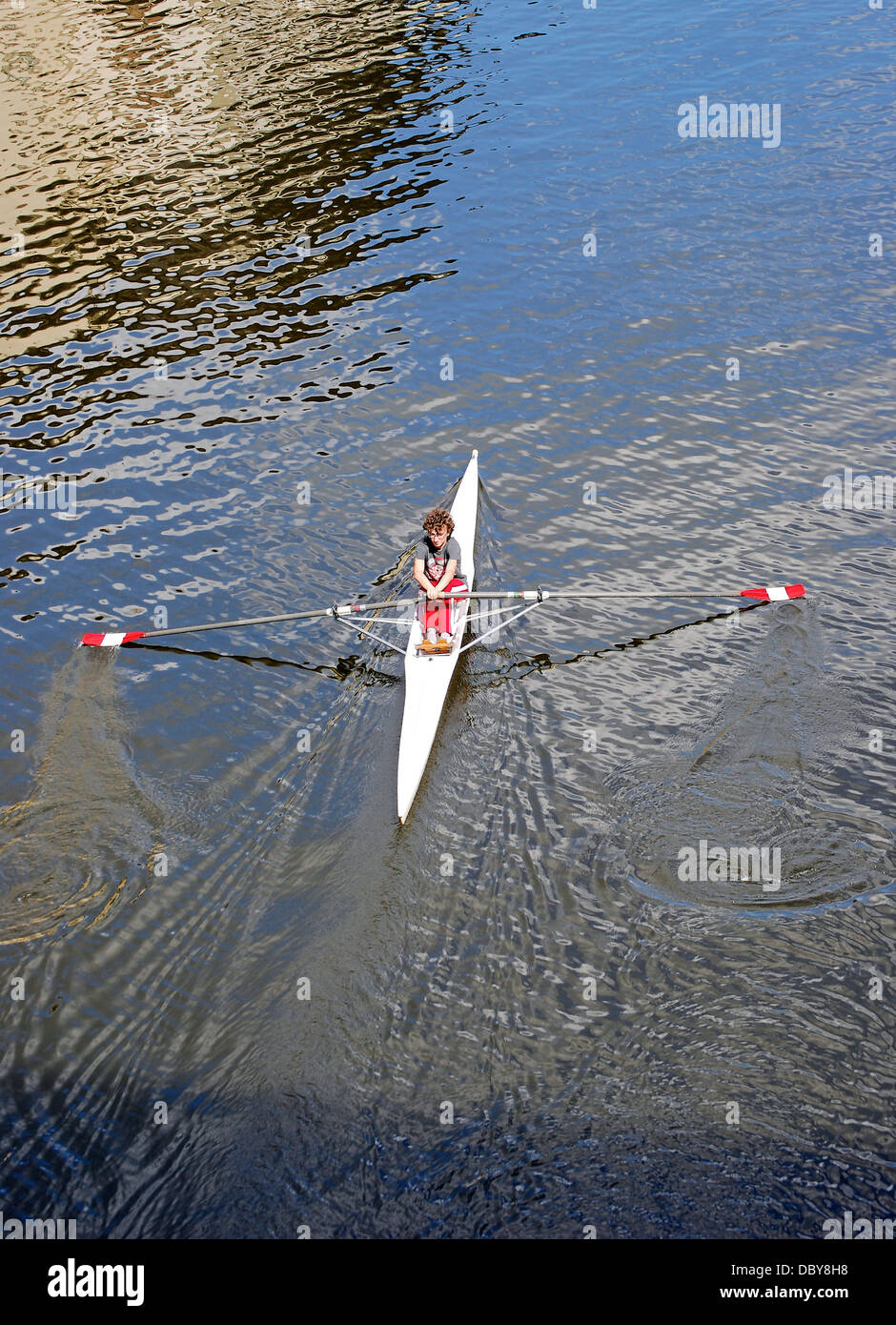 Un vogatore praticando sul fiume Arno a Firenze, Italia Immagini Stock