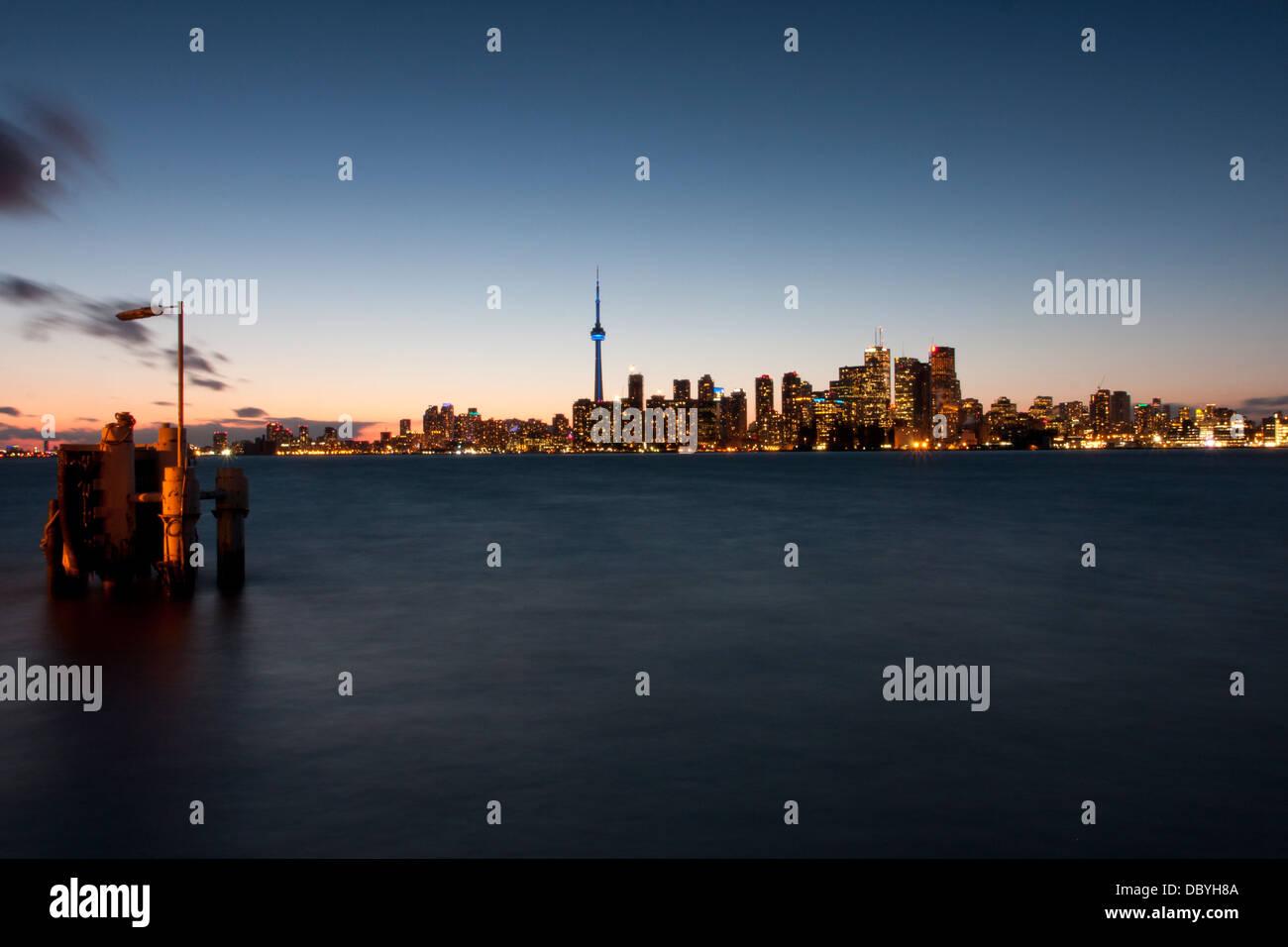 Toronto skyline notturno come visto da Ward Island Ferry Dock. Immagini Stock