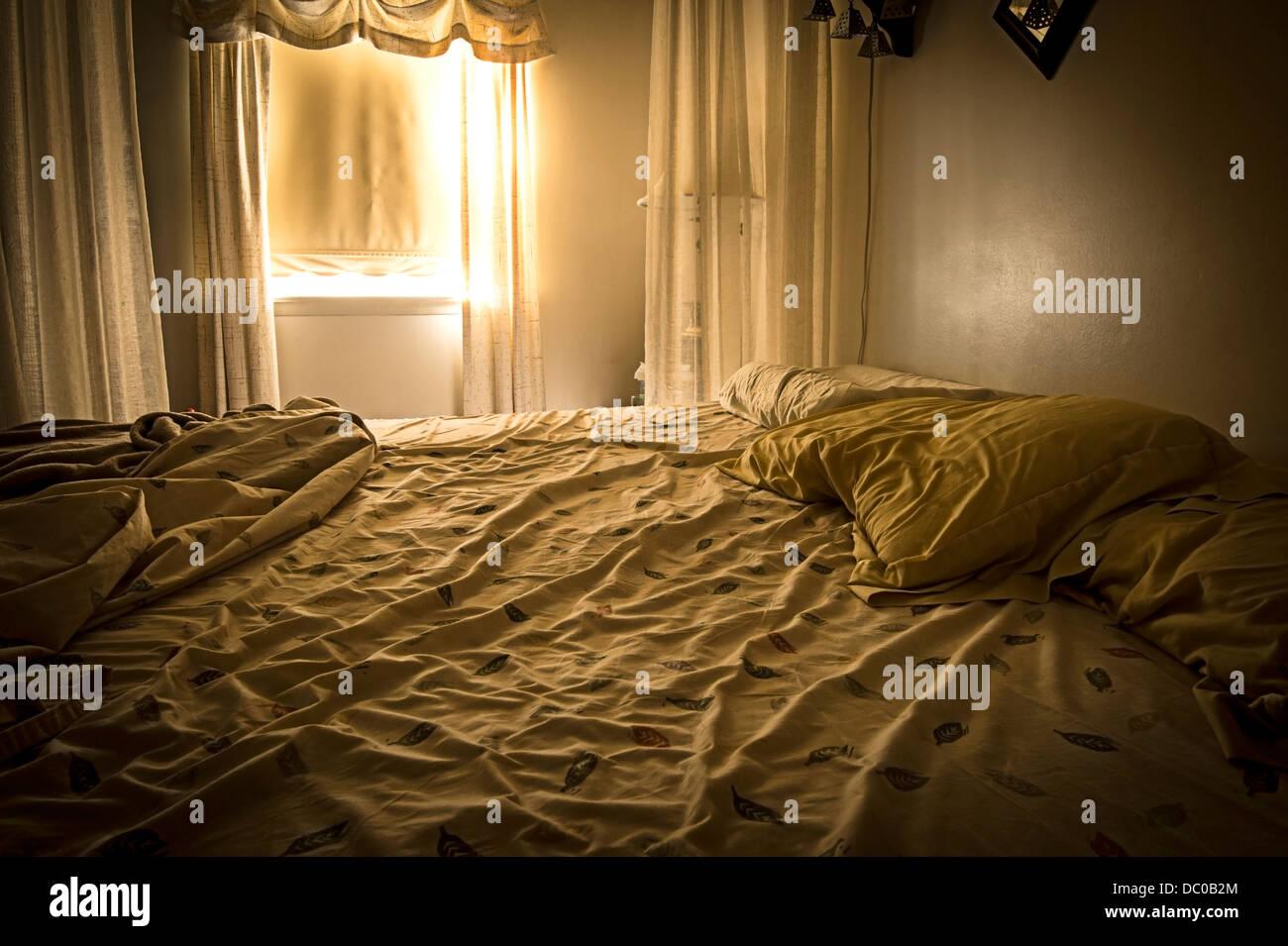 La mattina presto luce proveniente attraverso la finestra della camera Immagini Stock