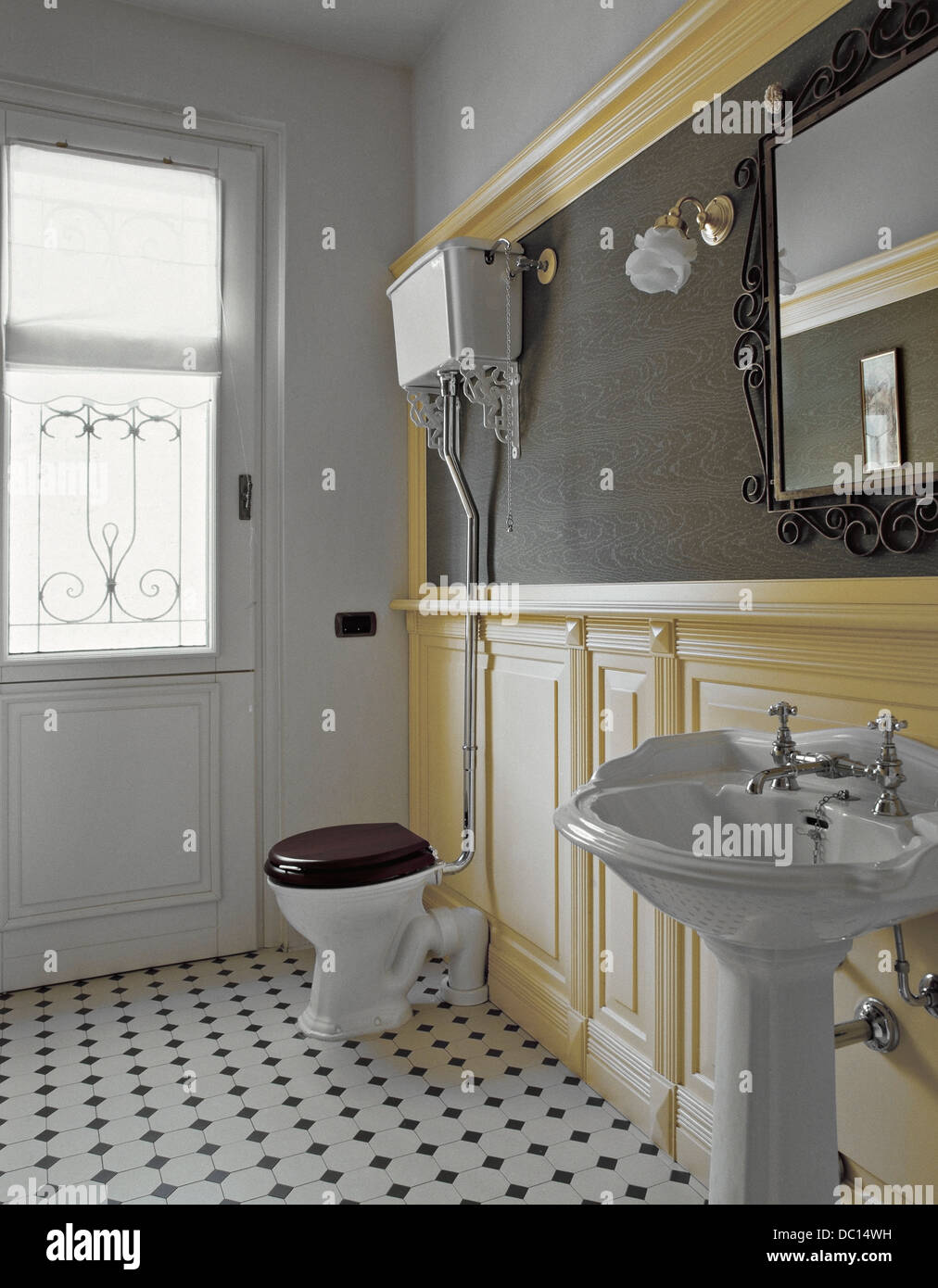 Bagno classico giallo con boiserie in legno e un grande specchio foto immagine stock 59032781 - Bagno con boiserie ...