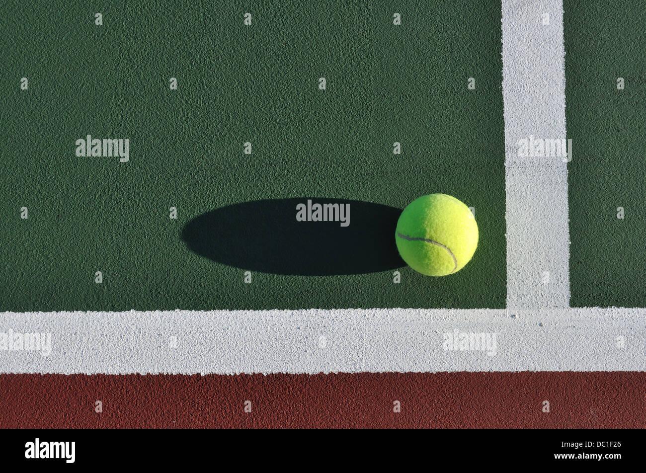 Palla da tennis su una corte Immagini Stock