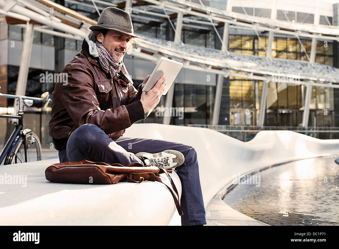 Metà uomo adulto con tavoletta digitale in città Immagini Stock