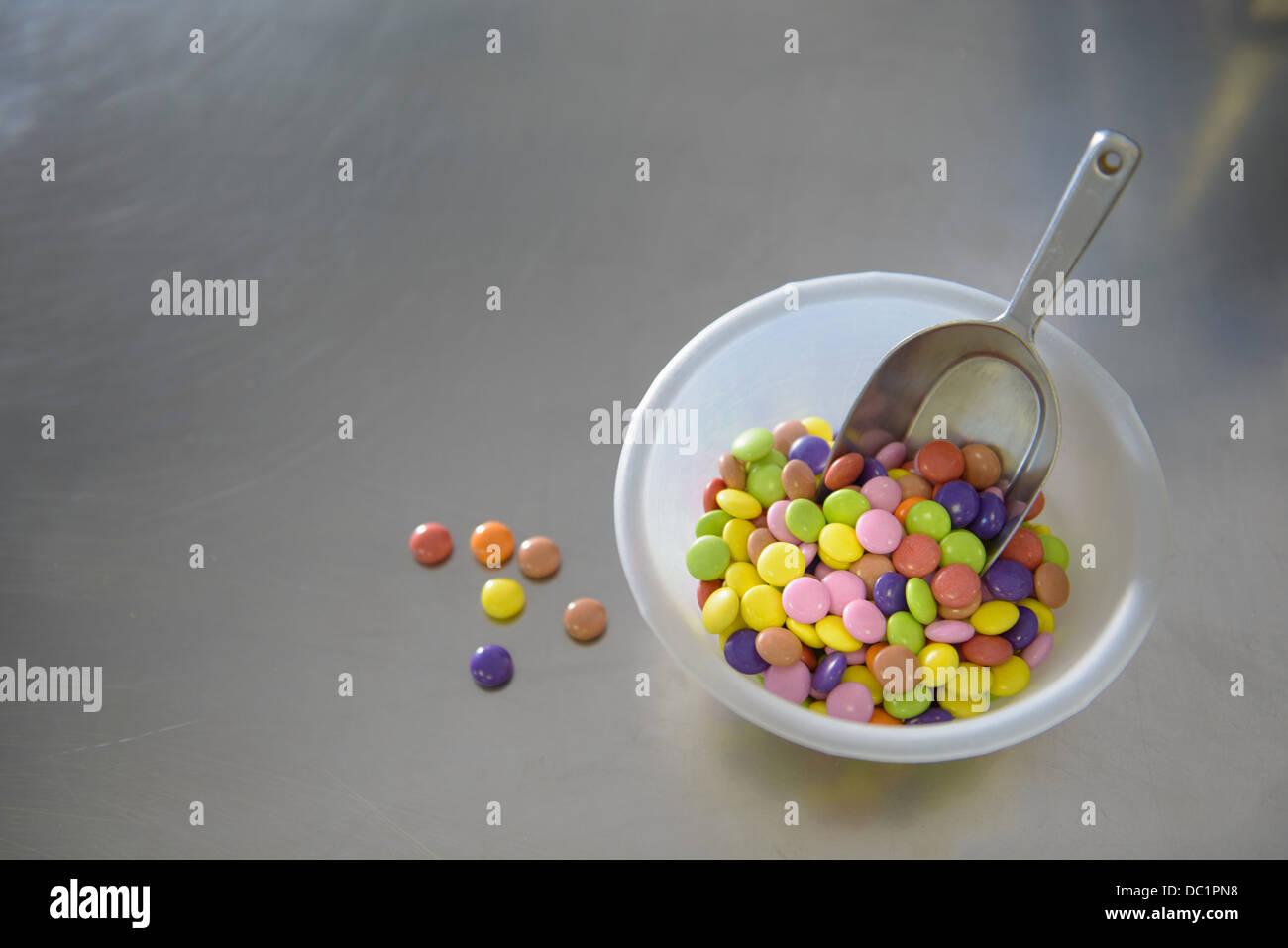 Ancora vita ciotola di multi caramelle colorate Immagini Stock