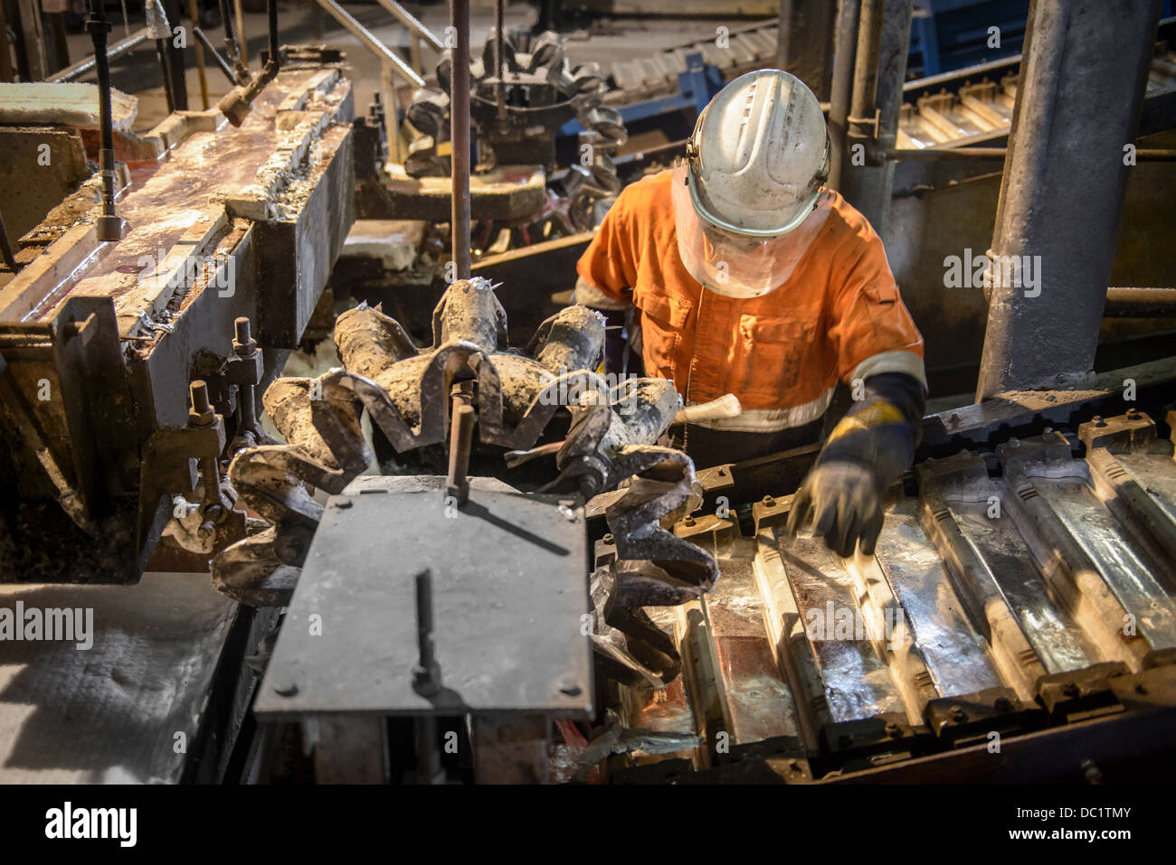 Lavoratore test di lingotti di metallo in alluminio impianto di riciclaggio Immagini Stock