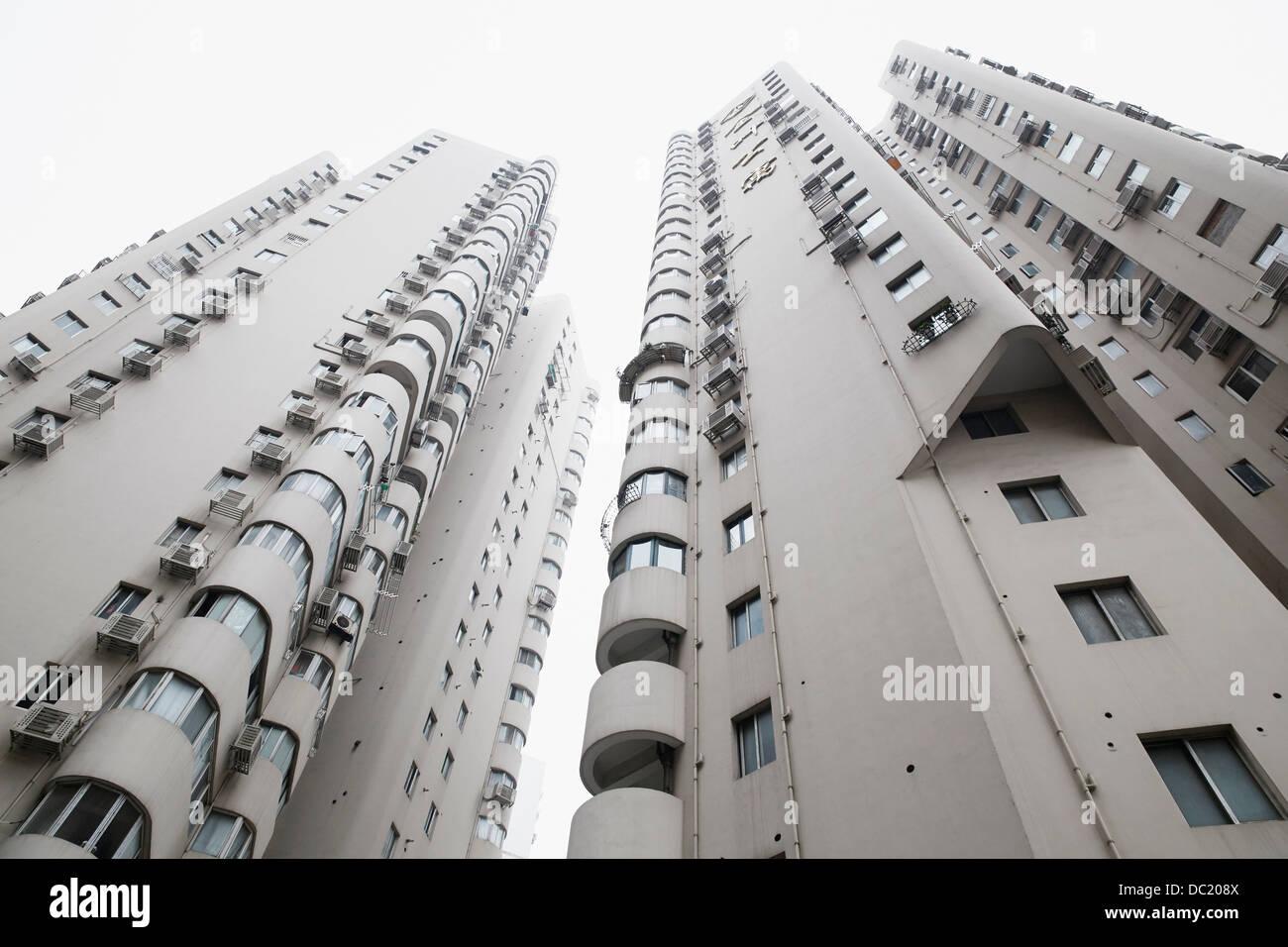 Basso angolo vista dei grattacieli, Shanghai, Cina Immagini Stock