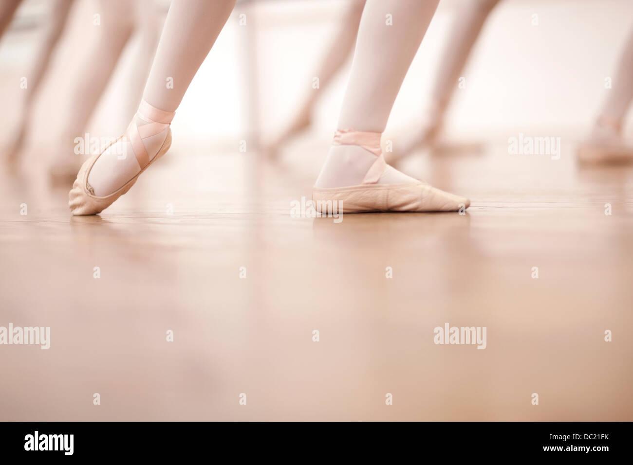 Dettaglio delle gambe ballerine nella classe di danza Immagini Stock